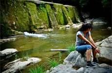 Tânără la pârâul de apă