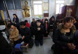 chinese-christians-praying-in-underground-church