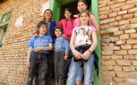 Lenuţa Podariu cu 5 dintre copii ei