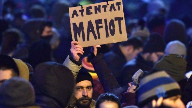protest-anti-gratiere-guvern-ordonanta-piata-victoriei-oameni-populatie-d4lbah365w
